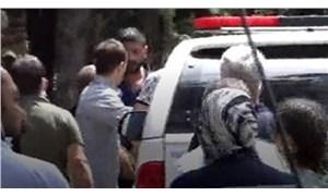 Kavgada ölen kişinin yakınlarından gazeteciye tekmeli yumruklu saldırı