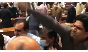Pakistan'da bütçe görüşmelerinde kavga çıktı: Defterleri birbirlerine fırlattılar