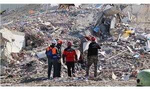 İzmir depreminde 11 kişinin hayatını kaybettiği apartman 1975 Yönetmeliği'ne bile aykırı yapılmış