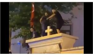 Kadıköy'de kilise kapısı üzerinde dans eden 3 kişi serbest bırakıldı