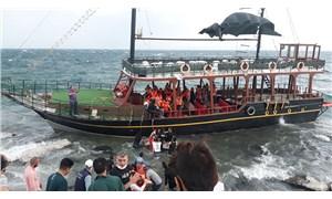 Van Gölü'nde gezi teknesi karaya oturdu