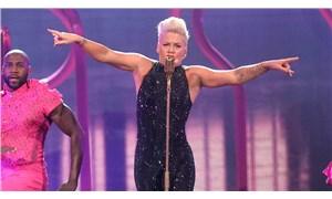 Şarkıcı Pink, bikini yerine şort giyen Norveçli kadın sporcuların cezasını ödemeyi teklif etti