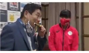 Belediye başkanının ısırdığı olimpiyat madalyası yenisiyle değiştirilecek