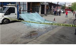 Tokat'ta 1 kişi, 2 ton ağırlığındaki camın altında kalarak yaralandı