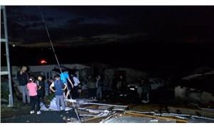 İstanbul'da etkili olan fırtına ve doluda çatılar uçtu ağaçlar devrildi