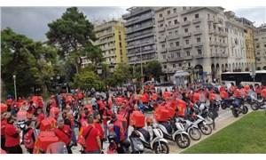 Yunanistan'da moto kuryeler güvencesiz çalışma koşullarına karşı sokakta