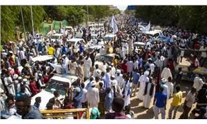 Sudan'da binlerce kişi hükümetin feshini istiyor