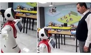 AKP'li belediye başkanı robota kendisini övdürdü