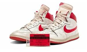 Michael Jordan'ın kariyerinin başında giydiği ayakkabı yaklaşık 1,5 milyon dolara satıldı