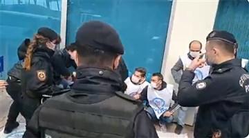 Direnen PTT emekçileri gözaltına alındı