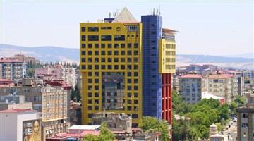 Maraş'taki 'dünyanın en saçma binası' yıkılıyor